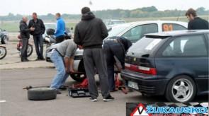 Slalomo metu keliems dalyviams prireikė pagalbos remontuojant automobilius